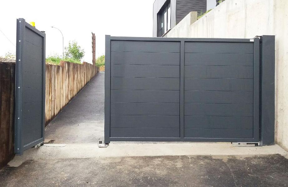 Closeine r alisation portail battant alu vantaux inegaux for Portail 2 vantaux