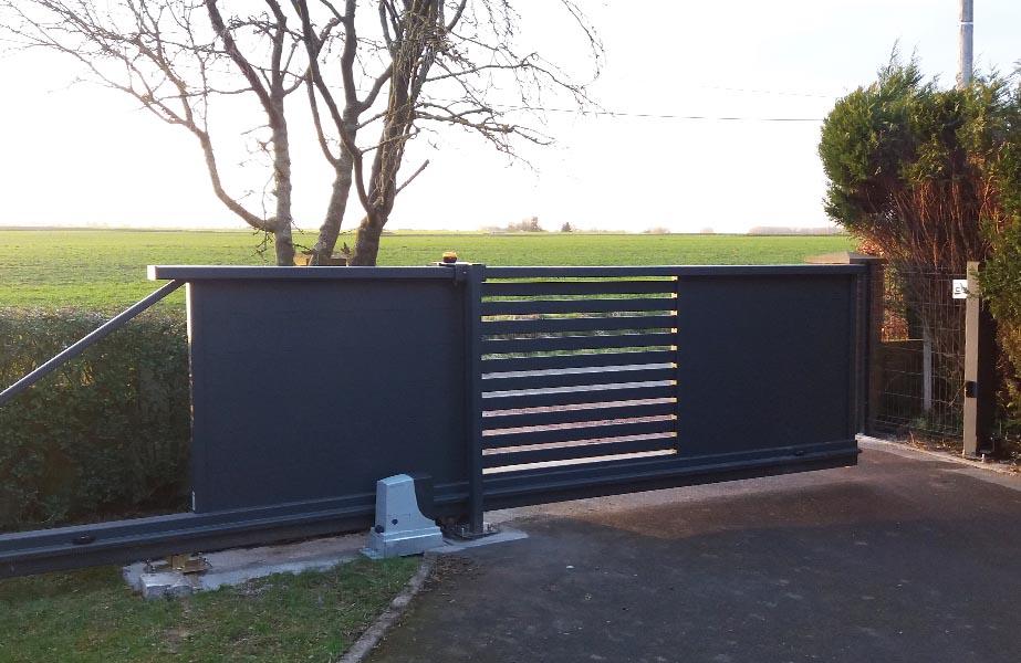 Clopev r alisation portail alu autoportant motorise - Portail alu motorise ...